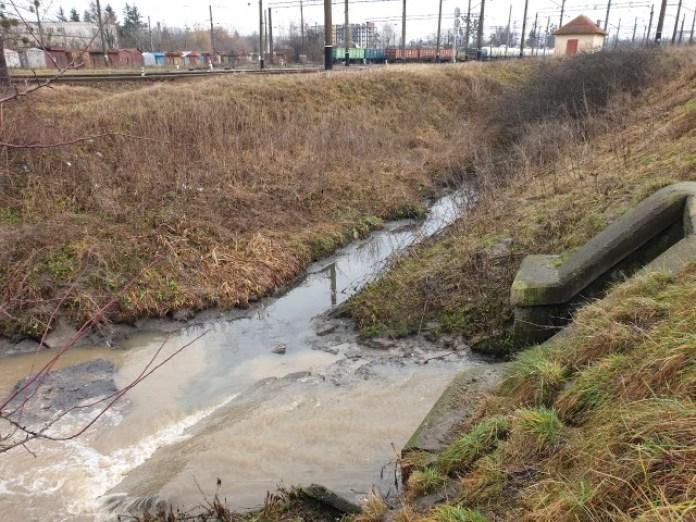 Ця ж фекальна каналізація і прив'язка де це сфотографовано. Праворуч дощова притока. Прямо – фекалка. В принципі все ок. Воно ж потім тече на очисні споруди Полтви.