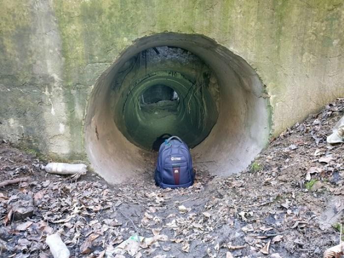 Вихід з тунелю, сторона Чортових Скель. Це є ліворуч від автомобіля. Рюкзак для масштабу який є справжній розмір труби.