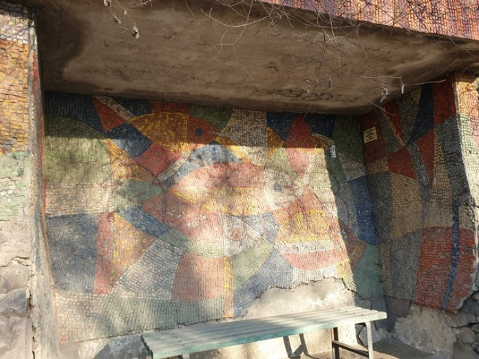 """Запилюжена мозаїка на автобусній зупинці коло автомобільного знаку """"Львів"""""""