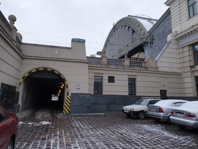 Тунель виходить на іншу сторону перону коло паркінгу