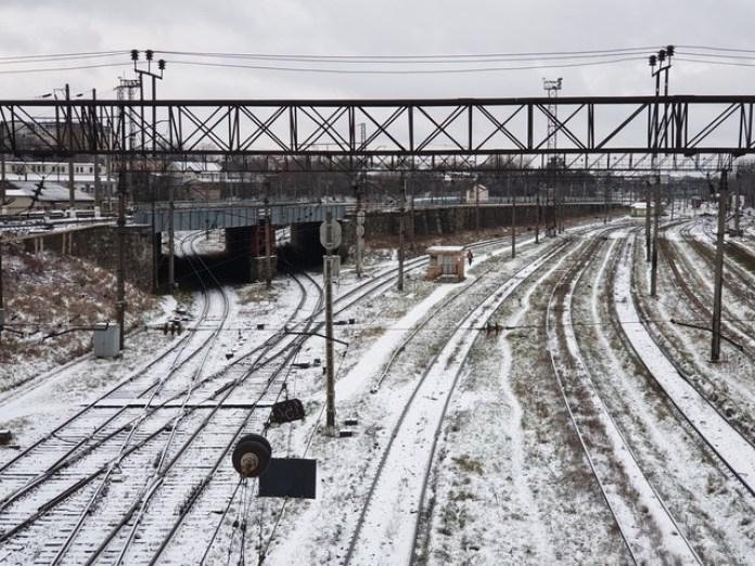Пройшовши трохи цим тунелем в сторону залізниці можна побачити дворівневу розв'язку на колії. Цей насип спеціально зробили щоб поїзди могли розминатися не перетинаючись та вільно виїжджати до перонів.