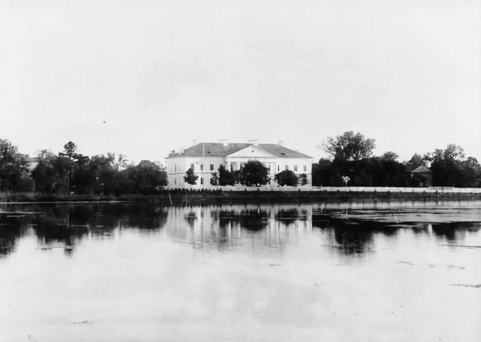 Гімназія, 1890 р. Праворуч серед дерев проглядається каплиця Св. Станіслава