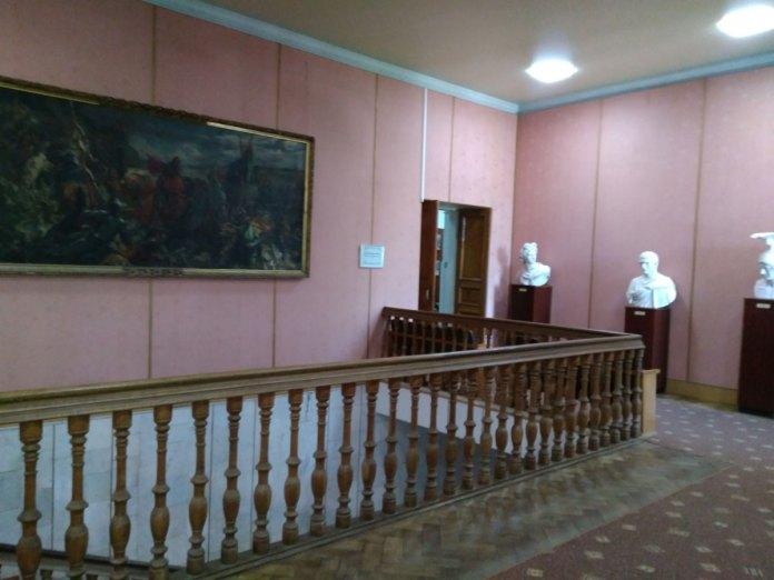 Старовинні сходи і стіни, під якими радянський розпис