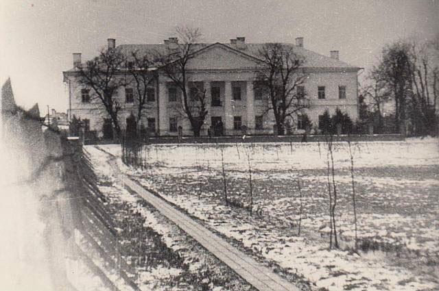 Вид на колишню резиденцію Коха після визволення Рівного