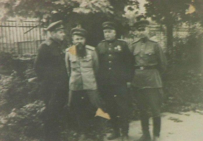 Радянські воєначальники в дворі колишнього рейхскомісаріату, крайній ліворуч В.А. Бегма, 1944 рік