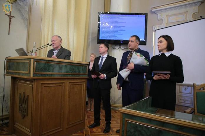 Під час вручення премії ім. Бандери у сесійній залі ЛОДА — на трибуні виступає Петро Шкарб'юк.