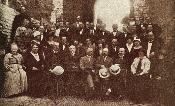 Працівники магістрату Луцька в Замку Любарта. Посередині президент Луцька Болеслав Зєліньський. 1920-ті роки