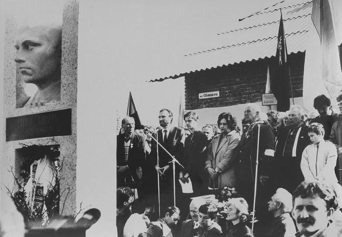 Любомир Криса. Відкриття пам'ятника С. Бандері в с. Старий Угринів. 14 жовтня 1991 р.