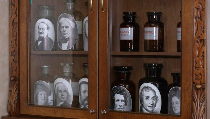 Інтер'єр старовинної аптеки