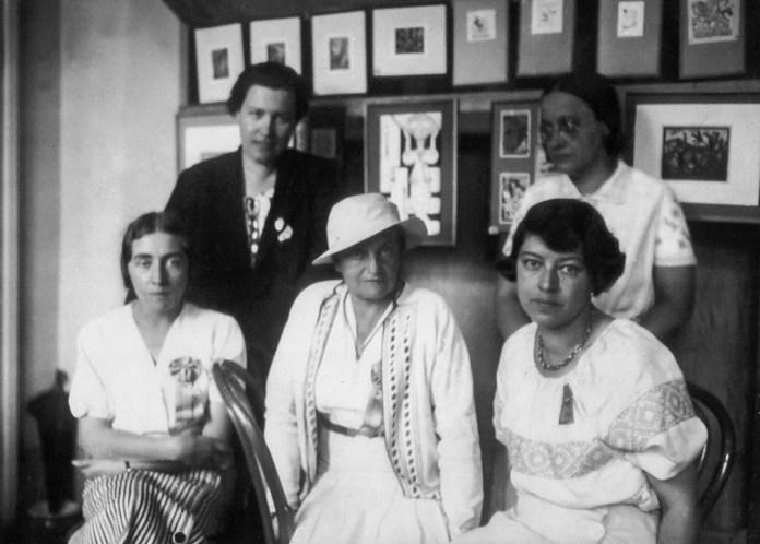 Стефанія Ґебус-Баранецька (сидить крайня праворуч) разом з іншими мисткинями (Оленою Кульчицькою, Ярославою Музикою, Наталією Мілян, Ольгою Плешкан) – учасницями Жіночого конґресу в Станіславові, 1934