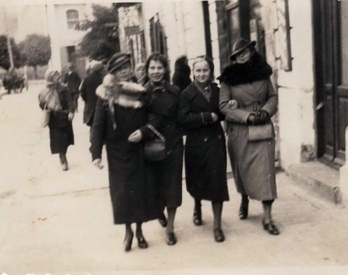 Ірина Бучковська (друга зліва) з подругами. Дубно, 1930-і роки