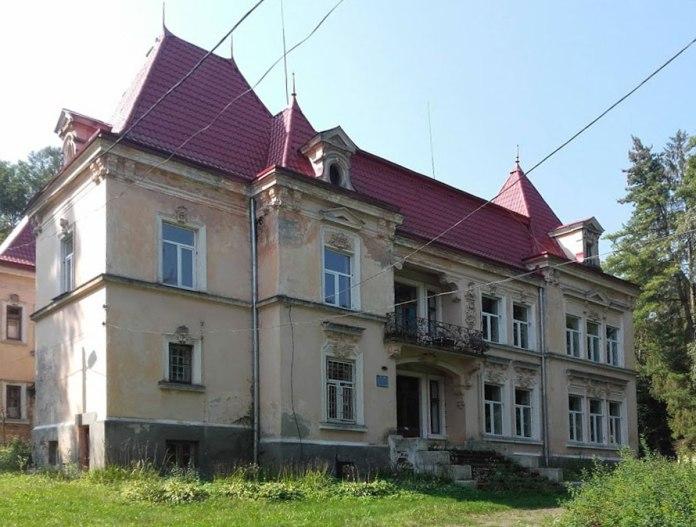 Вигляд збоку на палац родини Баль. Світлила Леся Малахівська