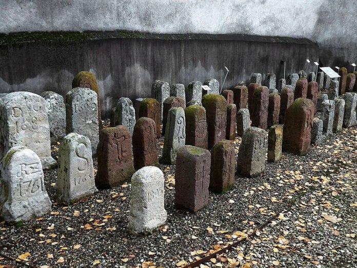Колекція межових каменів на терені костелу у швейцарському місті Муттенц