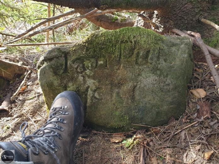 Ще камені з надписами розкидані по вершині. Це частина скелі а не надмогильний камінь. Хоча схоже.