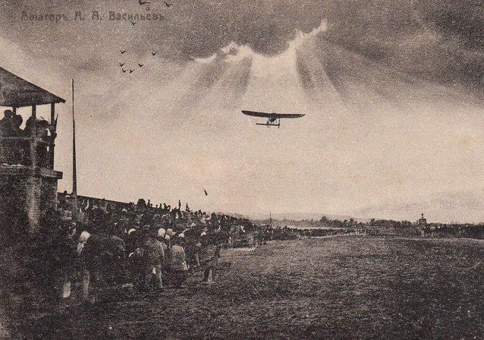 Старовинна листівка, на якій зображено демонстраційний політ Васильєва в одному з міст Росії, 1910 рік