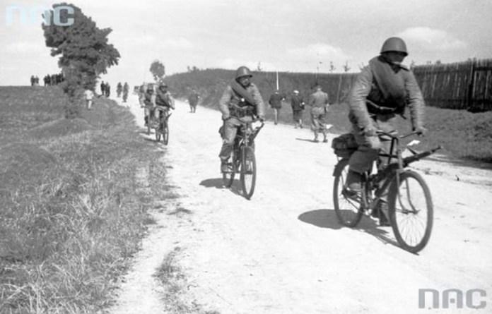 Військо польське на роверах під час Великих Волинських маневрів 1938 року. Фото з цифрового архіву Польщі.