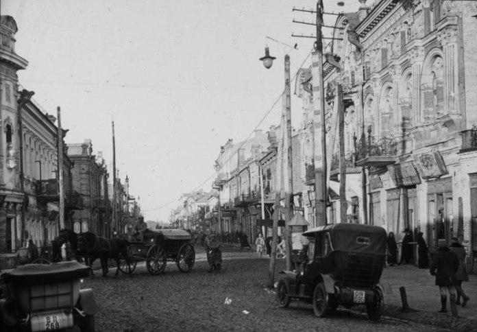 Масштабний автомобілізм прийшов у Луцьк із австрійцями у 1915 році. Фото тих часів. Вулиця Головна (тепер Лесі Українки), справа - будинок Марка Кронштейна (тепер Медколедж)