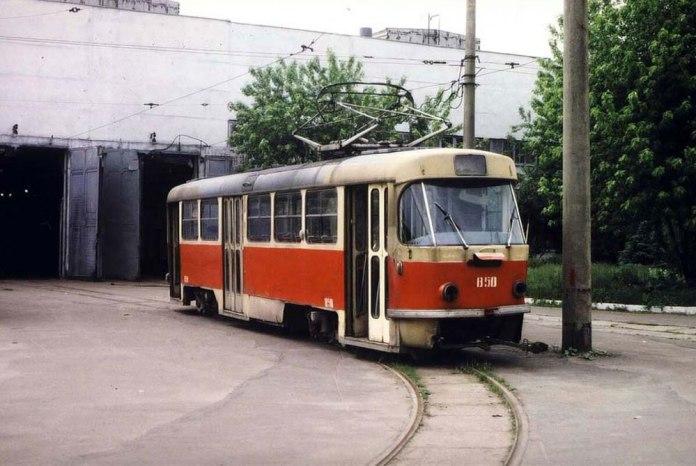 Трамвай «Tatra T4SU» № 850 в очікуванні ремонту на території Львівського трамвайно-тролейбусного ремонтного заводу (ЛТТРЗ). 1989 р.