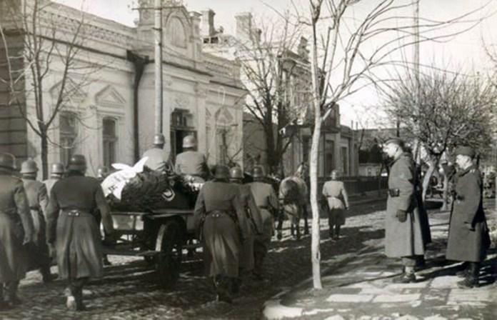 Світлина часів окупації. У глибині видніється будинок Каган. Фото з архіву РОКМ виклав Ігор Марчук