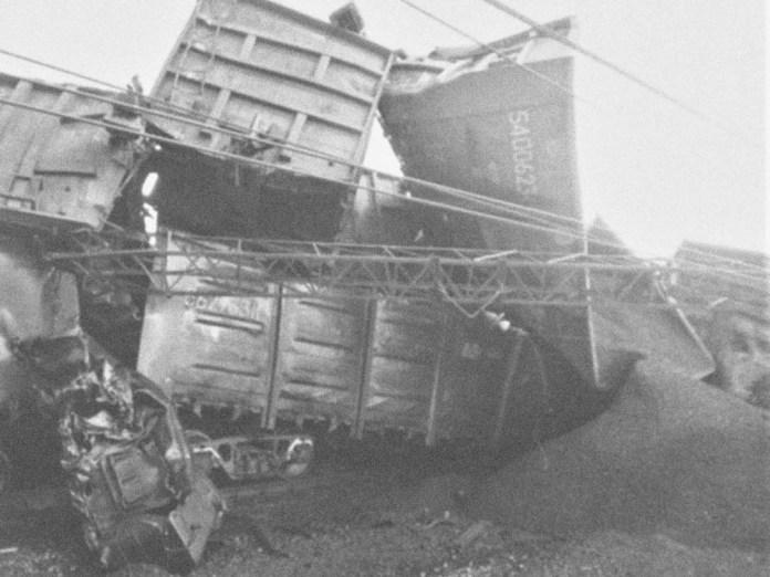 Завал із вантажних вагонів, який утворився в результаті залізничної катастрофи на станції Гнівань 7 червня 1991 року