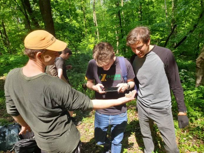 Юрко показує знахідку, шкалу від приладу