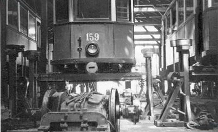 Трамвайний вагон «Sanok» на підйомниках під час капітального ремонту в ВРМ. 1930-ті рр..