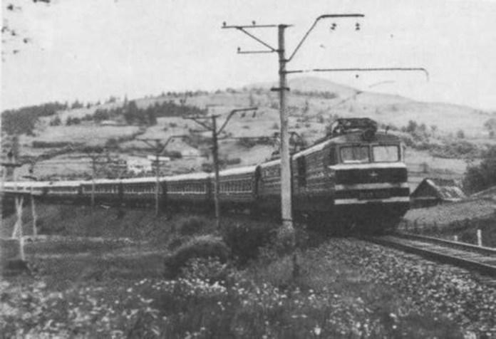 Електровоз ВЛ10 веде пасажирський потяг. 1970-ті рр. Архів Володимира Колотовкіна