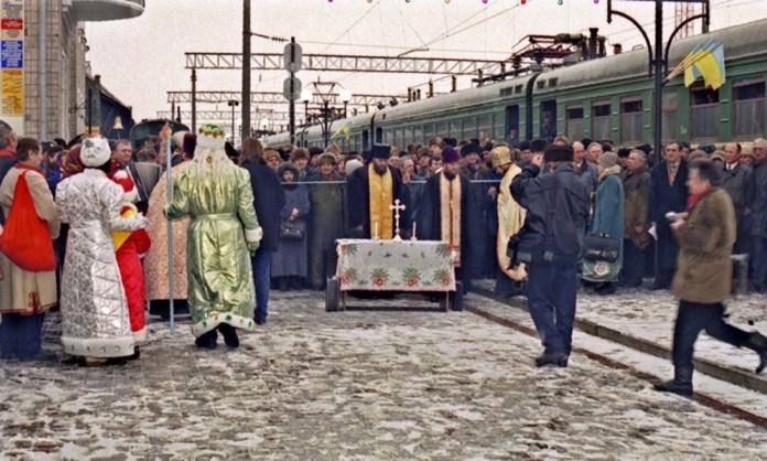 Урочистості на вокзалі Тернополя з нагоди прибуття першого електропоїзда зі Львова. Грудень 1997 р. Архів Віктора Мадрі