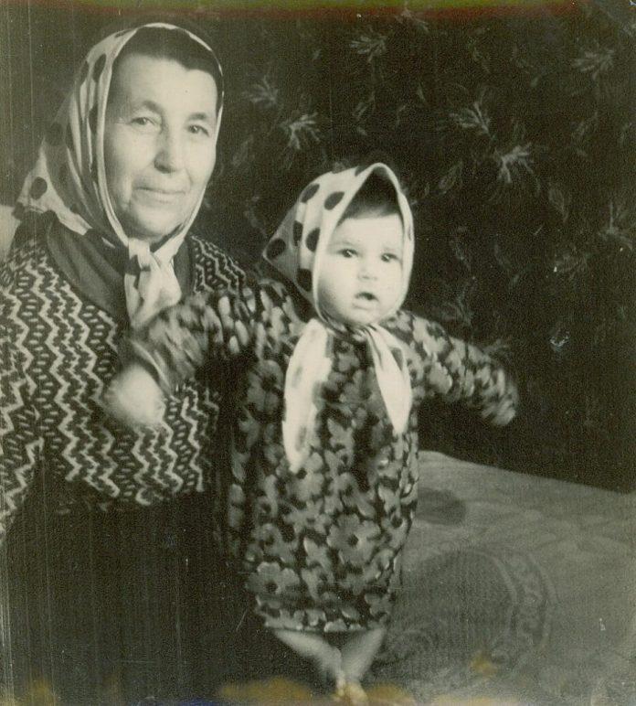 Ольга Либак з онукою Іриною, 1960-і роки