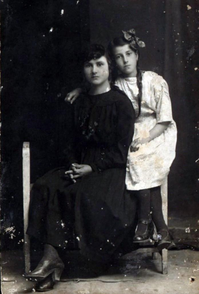 Ольга Либак (праворуч) з сетрою Людмилою Дзівак, Рівне, 1922 рік