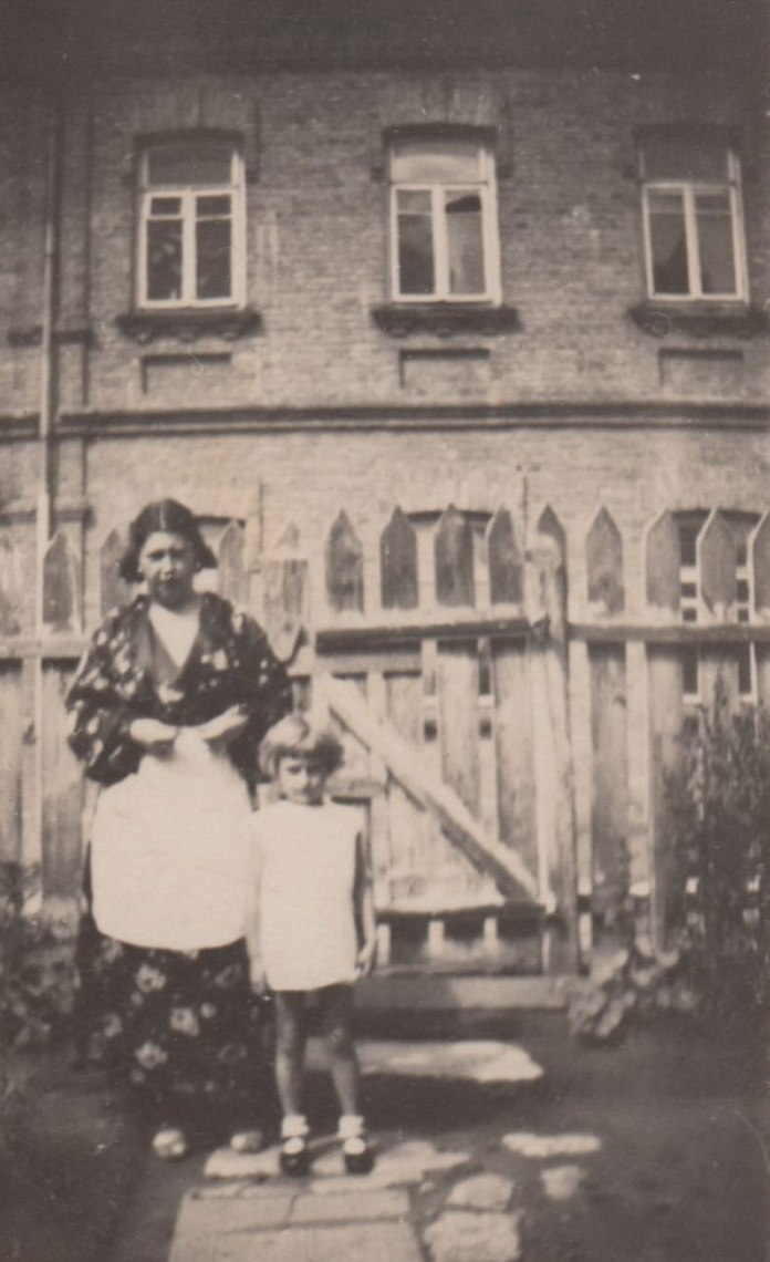 Рівне. 5.07.1937 Галя з мамою біля школи