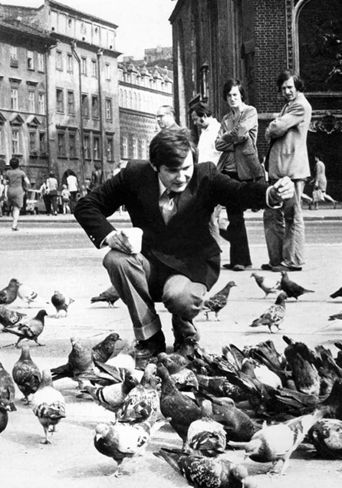 Володимир Івасюк годує голубів на площі Ринок. Краків, 1974 рік
