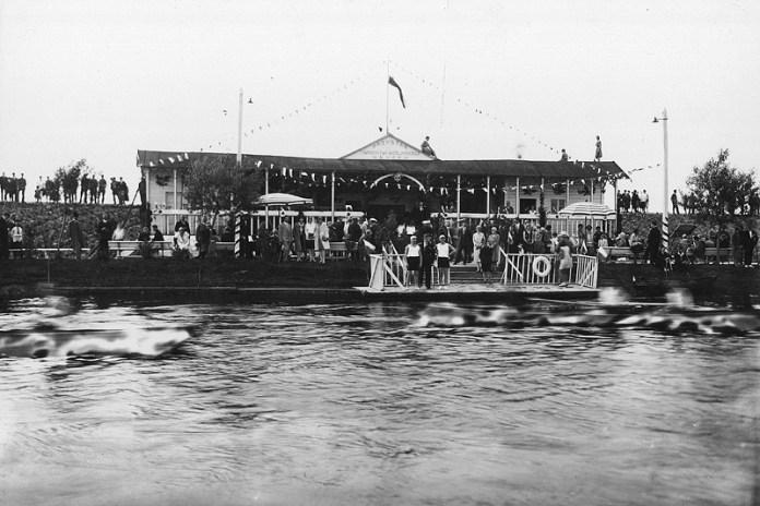 Змагання на річці біля пристані