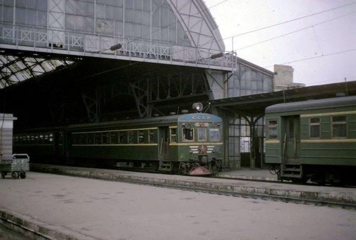 Електропоїзди Ср і Ср3 на головному залізничному вокзалі. Фото початку 1970-х рр..