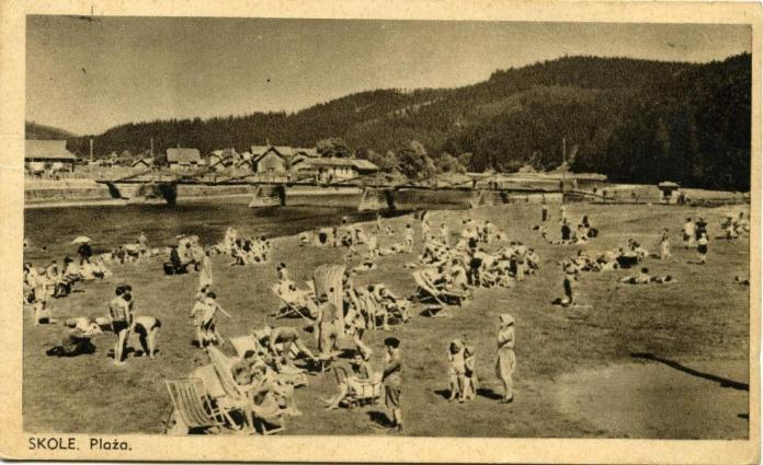 Міст, набережна і пляж на березі річки Опір в Сколе