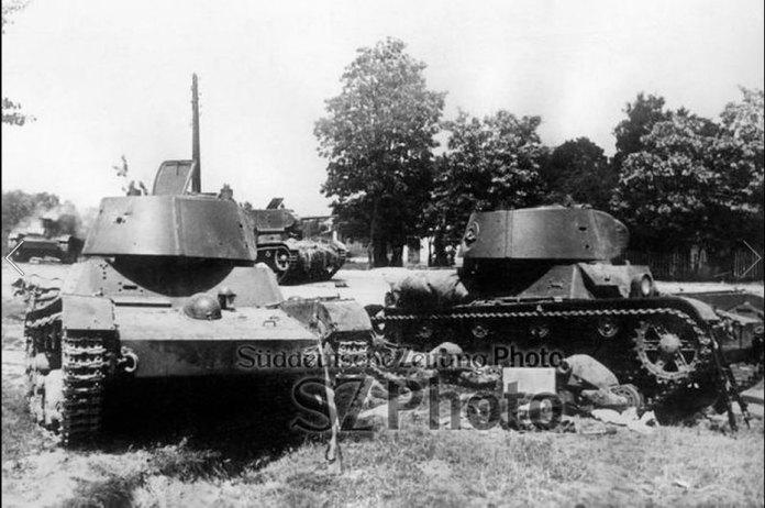 Рівне. Підбиті радянські танки в районі Грабника, проглядається поворот на вул. Млинівську