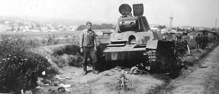 Рівне. У тому ж районі міста, німці ремонтники оглядають танки