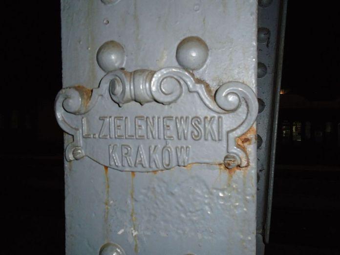 Емблема фабрики на львівському залізничному вокзалі (фото з Вікіпедії)