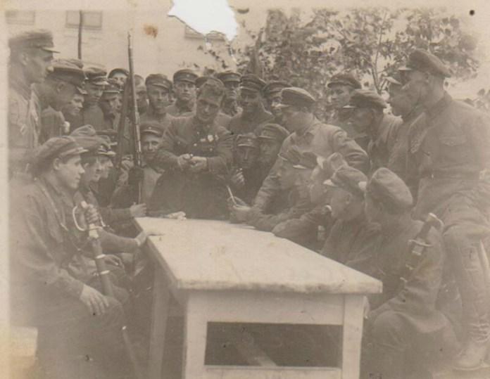 Невідоме фото, у центрі – Богомолов. Фото з фондів РОКМ надане Г. Данильчук