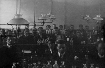 Ярослав Середа серед студентів хімічного факультету, Прага 1923 рік