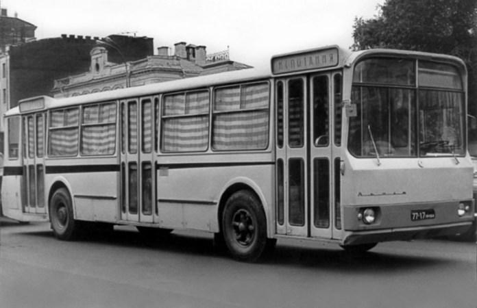 Автобус-прототип великого класу ЛАЗ-696 «Львів-2» розроблений ГСКБ по автобусам середньої і великої вмістимості у 1966 році