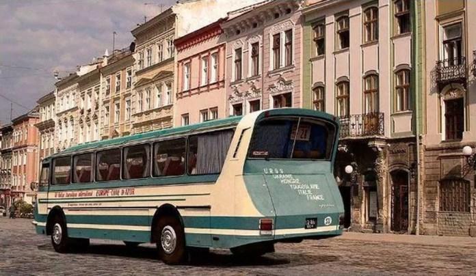 Експериментальний автобус «Україна-67» у Львові на площі Ринок, вигляд ззаду