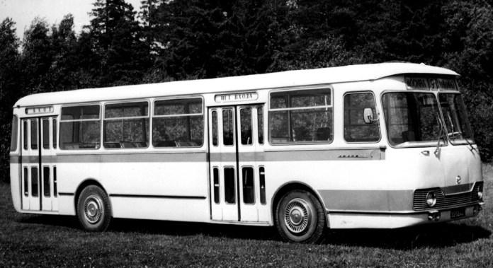 Радянський автобус великого класу ЛіАЗ-677, в конструкції якого використовувалася гідромеханічна автоматична коробка передач «Львів». Модифікація 1968 року – із відкидними, а не відсувними кватирками
