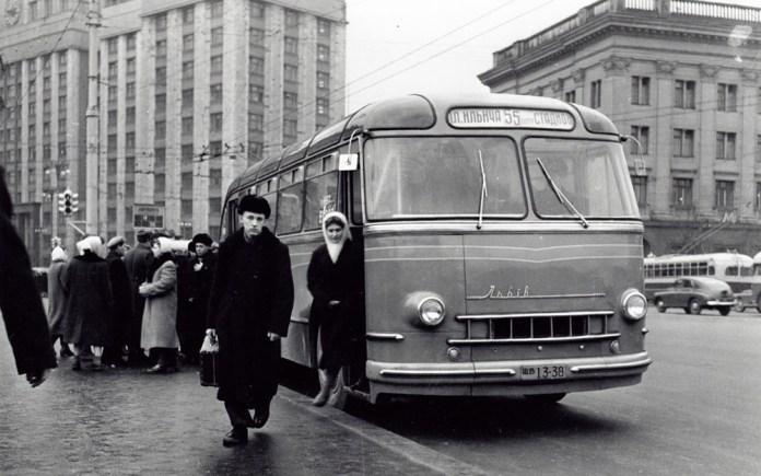 Автобус-прототип ЛАЗ-695 «Львів» Дослідний ІІІ під час випробувань у Москві. 1956 р. Фото А.С. Бернштейна