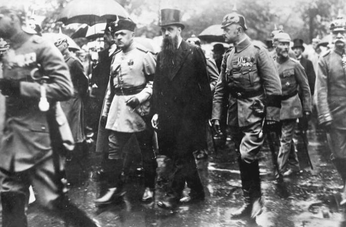 Український посол Федір Штейнгель і турецький посол Ріфат Паша на похоронах вбитого в Україні генерал-фельдмаршала Германа фон Ейхгорна, 1918 рік
