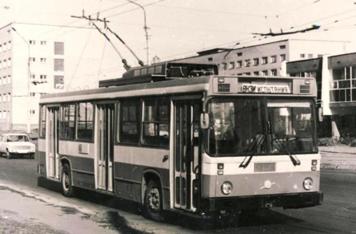 Тролейбус-прототип ЗіУ-5256Т під час випробовувань у Львові. 1985 р.