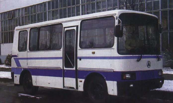 Малий міський автобус ЛАЗ 3202 – перший із львівських автобусів із переднім розміщенням двигуна. Його довжина усього 7 метрів. У серію не пішов. Фото 1994 р.