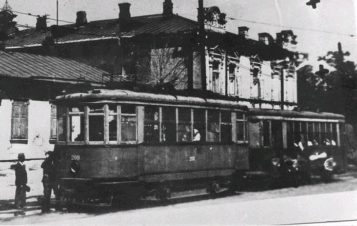 Трамвайний поїзд у Дніпрі. Моторний вагон виготовлений на Миколаївському суднобудівному заводі імені А. Марті. 1920-ті рр.