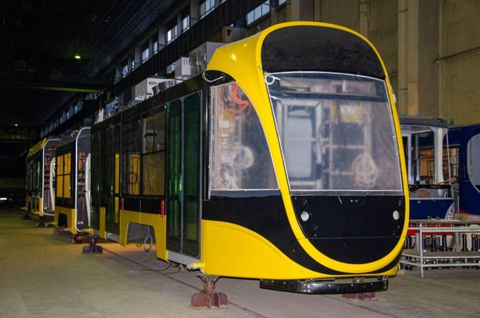 Трьохсекційний 100% низькопідлоговий трамвай К1Т306 під час складання на «Південмаші». 2020 р