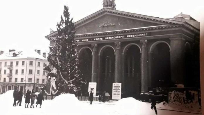"""Ялинка на Новий 1968 рік. Фото з мережі Фейсбук (розмістила Аліна Савчук у спільноті """"Старе Рівне. Рівне історичне"""")"""